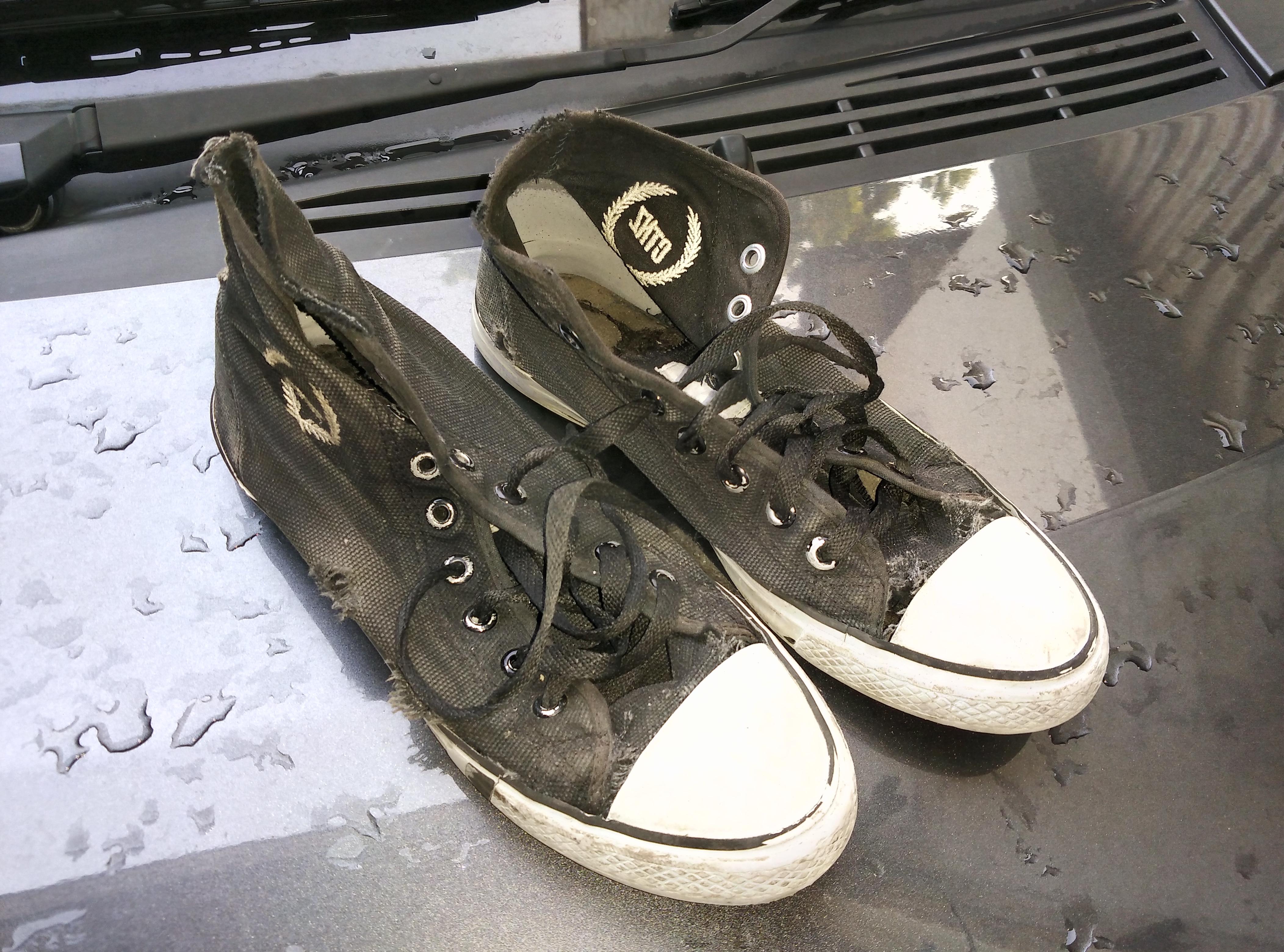 Akhirnya saya ambilkan tali sepatu putih dari sepatu keds saya yang mahal dan masih baru original branded items khan nggak dipakai tendang tendang kayak