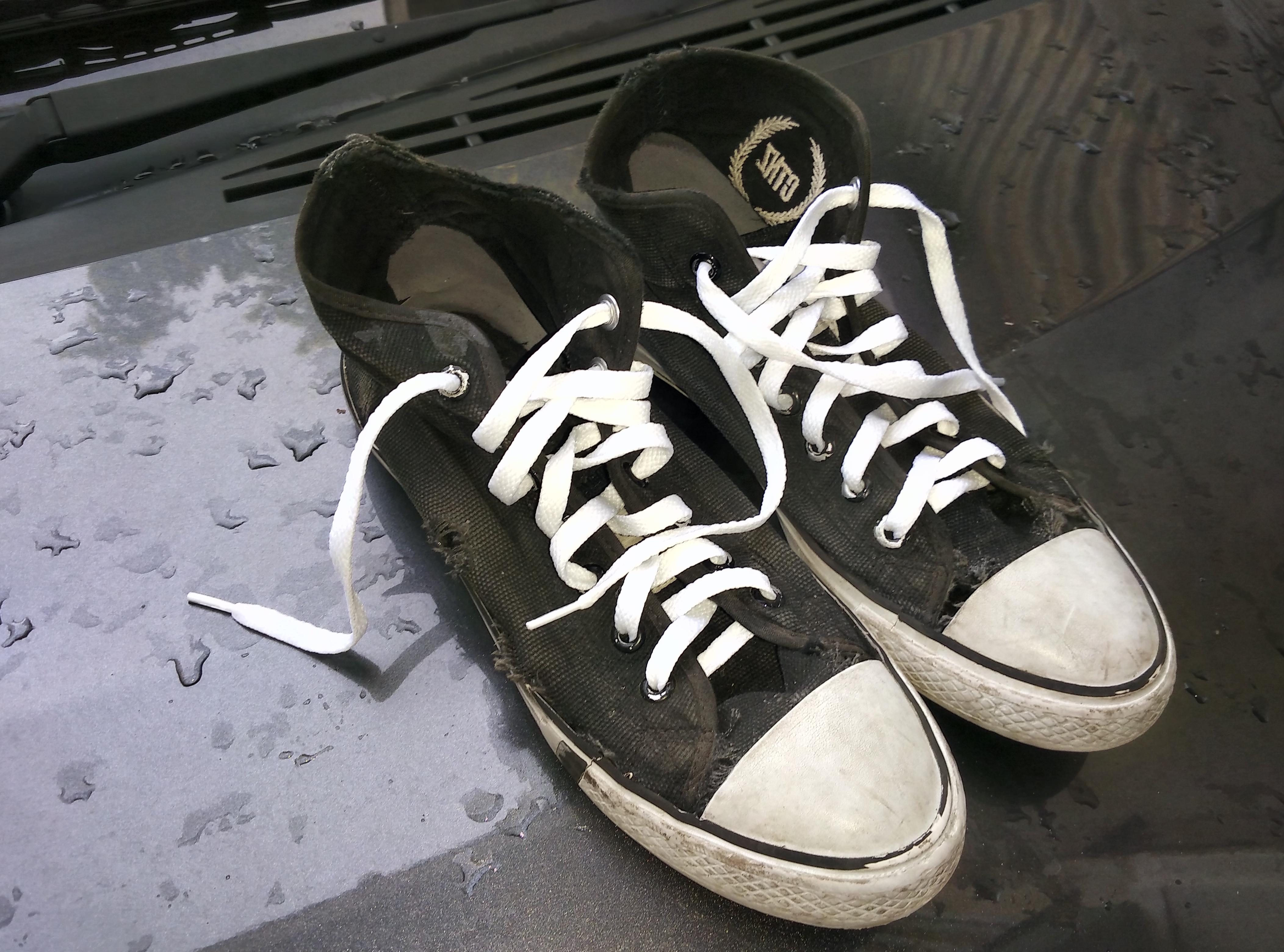 dipakai tendang tendang kayak Alif…dulu pernah kesel juga waktu beliin dia sepatu futsal Reebok yang hancur dalam waktu beberapa kali latihan saja